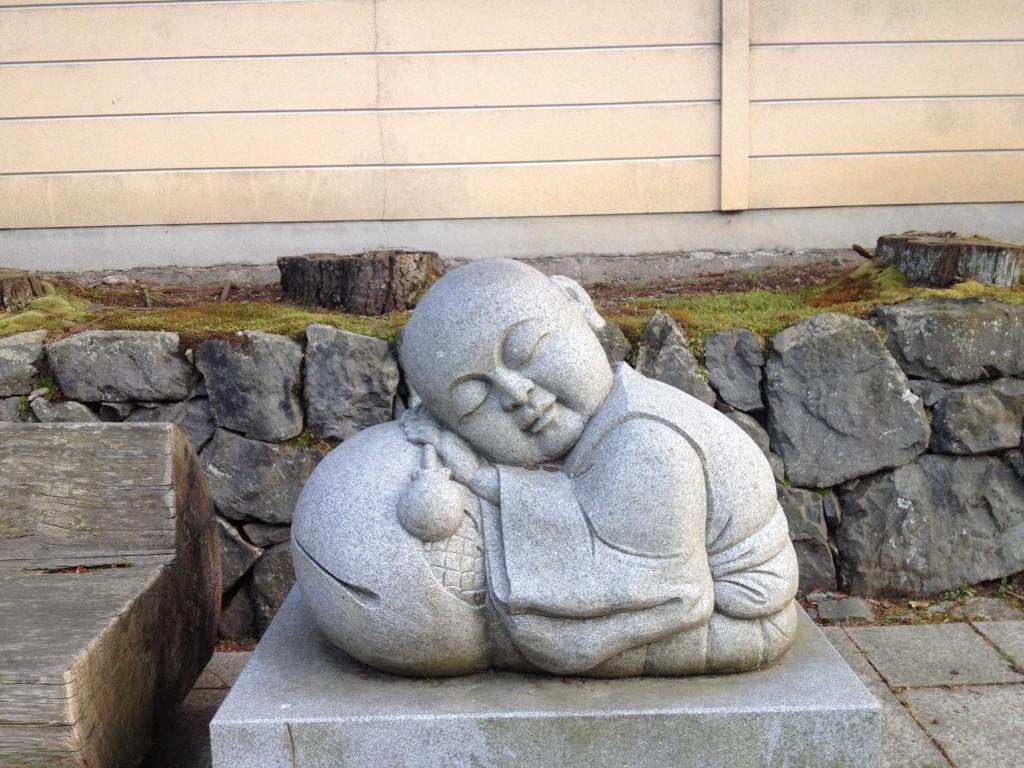 Statua vicino una panchina